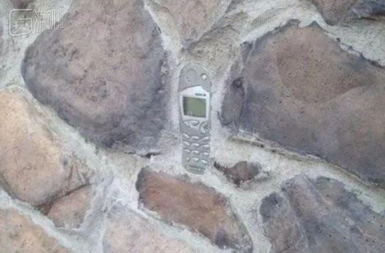 如果說之前的手機化石還有可能是當時的人們不小心遺落的話,這似乎可以成為人們用舊諾基亞加固建築結構的實錘了