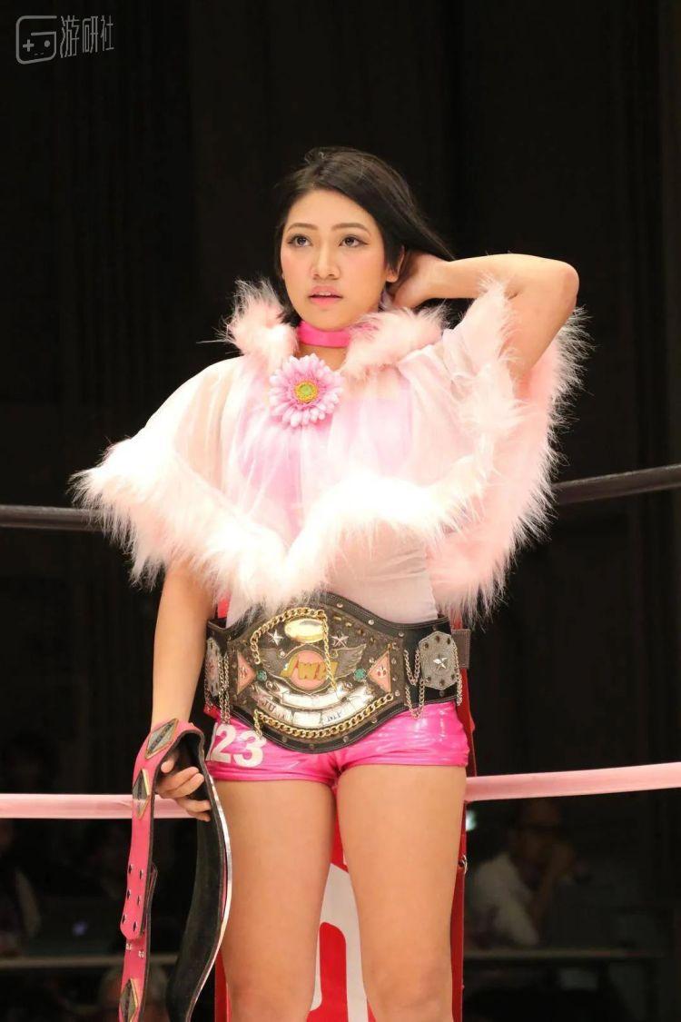 此时的木村花已经身拥两条冠军腰带,是摔跤界冉冉升起的新星,但在这样面向大众的节目里,她的身份依然接近于素人