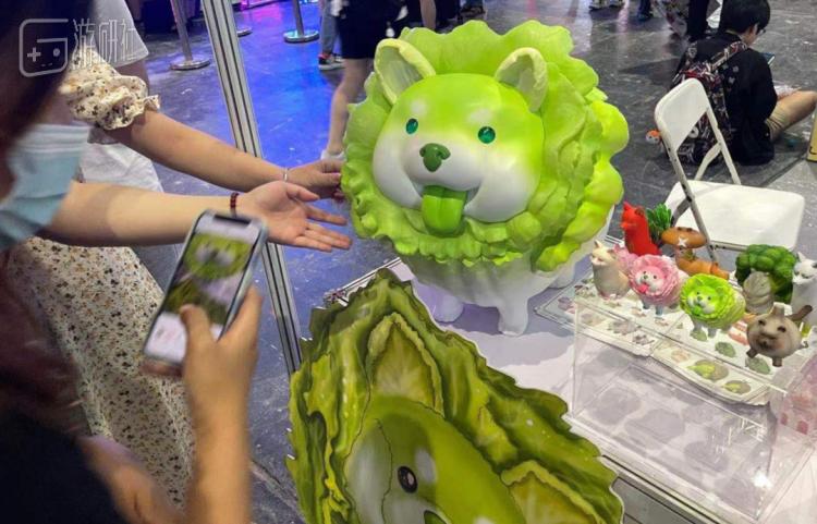 """上海WF上出现的各种大小和姿势的""""菜狗""""引来无网友拍照"""