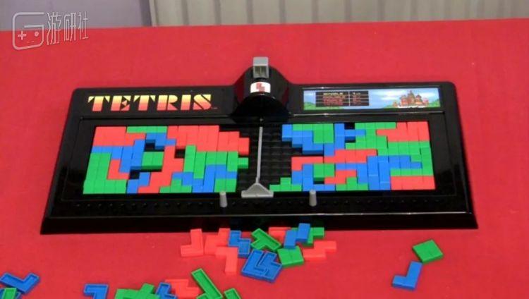 中间的按钮会随机决定下一个方块的形状,然后由两位玩家轮流操作